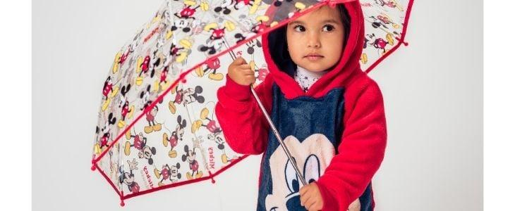 Niña con paraguas y sudadera de mickey